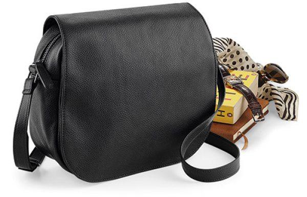 Bolso cartera con tapa.